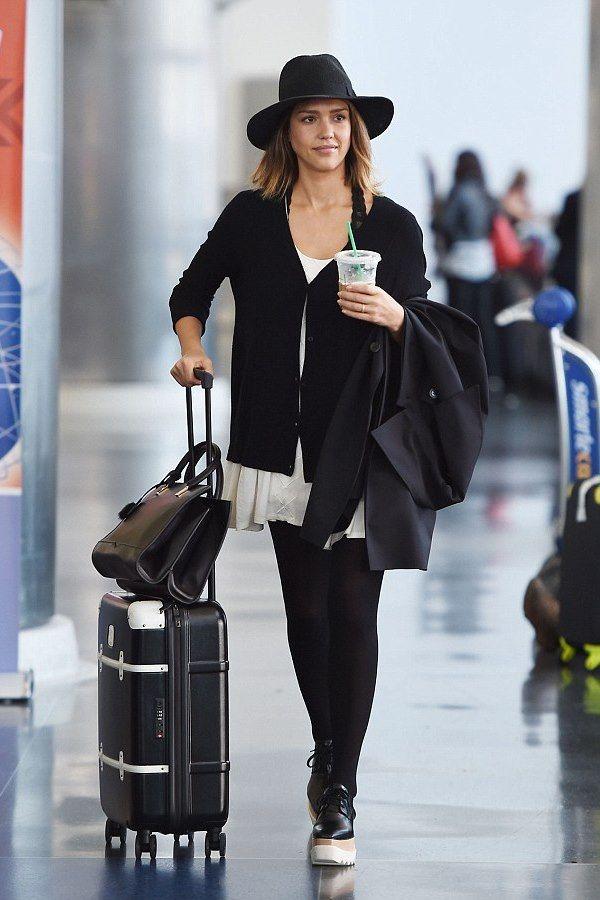 Даже в аэропорту Джессика умудряется выглядеть стильно