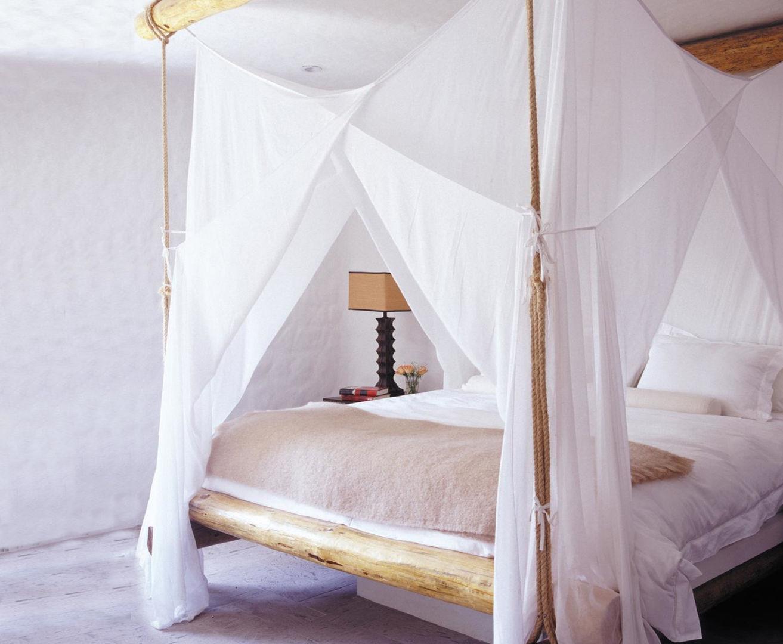 Кровать словно становится отдельной комнатой